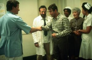 AWAKENINGS, Robin Williams (lab coat), Tobert De Niro (plaid shirt), Mary Alice (nurse), Ruth Nelson (green suit), Julie Kavner (nurse), 1990, (c) Columbia