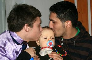 800px-Male_Couple_With_Child-01